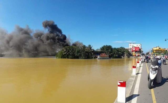 Khói đen cả một vùng bên sông Hương (ảnh: Lê Huy Hoàng Hải)