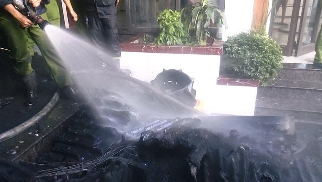 Đám cháy tại kho hàng chứa nhiều lốp cao su được dập tắt. Hàng hóa bị thiêu rụi.