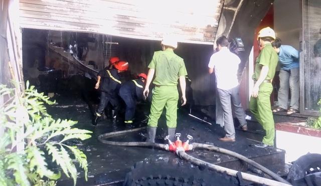 Quán cà phê bốc cháy dữ dội, khói đen một vùng sông Hương - 4