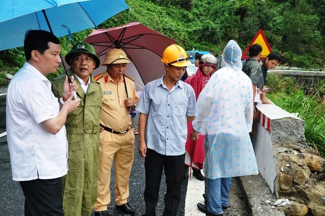 PGĐ Công an tỉnh Lê Văn Vũ (thứ 2 bên trái vào) trực tiếp có mặt tại hiện trường chỉ đạo cứu hộ
