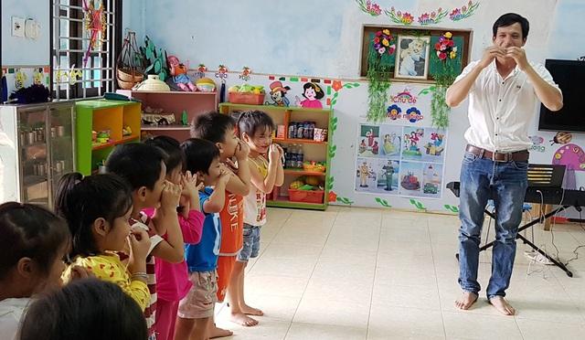Thầy Bảy dạy từ ngữ cho các trẻ