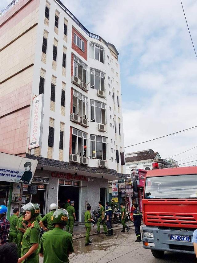 Lực lượng cảnh sát PCCC tỉnh Thừa Thiên Huế đến dập lửa vụ cháy tại khách sạn Casablanca