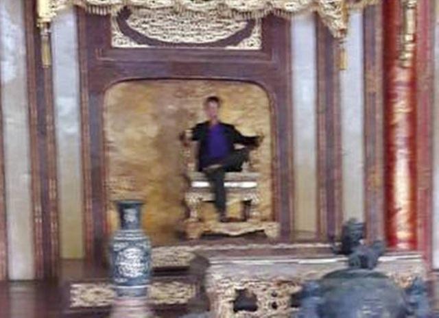Bức ảnh thanh niên ngồi trên ngai vàng ở Điện Thái Hòa phóng to thì không thấy rõ chi tiết khuôn mặt và nhiều nét đã chỉnh sửa bằng Photoshop