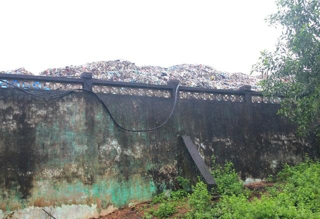 Rác tồn đọng chất đống không được che đậy tại nhà máy rác Thủy Phương