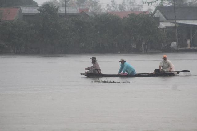 Đường vào nhà dẫn ngập nặng, phải dùng thuyền để di chuyển