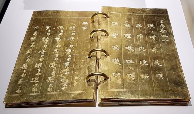 Kim sách Đế hệ thi bằng vàng với 13 tờ vàng, dài 23,2cm, rộng 13,7cm được đúc năm 1823 đời vua Minh Mạng. Sách chép 20 chữ bộ Nhật và bài ngự chế Đế hệ thi do hoàng đế Minh Mạng ban hành năm 1823. Với bài ngự chế này, vua mong muốn thế hệ sau truyền nối ngôi vua tới 20 đời, được 500 năm, nhưng cuối cùng chỉ dừng lại ở chữ Vĩnh tức đời thứ 5, do 11 vua nối tiếp thuộc cả chi khác hoặc thế hệ trước.