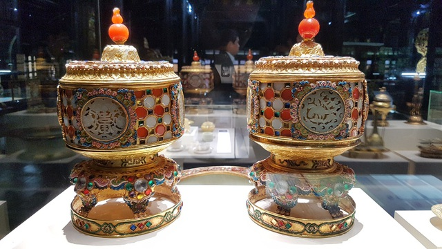 Đài thờ bằng vàng, ngọc, đá quý, san hô dùng đựng các lễ vật trong nghi lễ tế tự ở hoàng cung