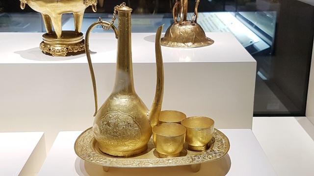 Bộ ấm chén và khay rượu bằng vàng dùng trong hoàng cung