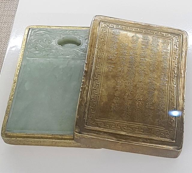 Nghiên mực bằng ngọc và vàng, dùng để mài mực, mài son trong hoàng cung