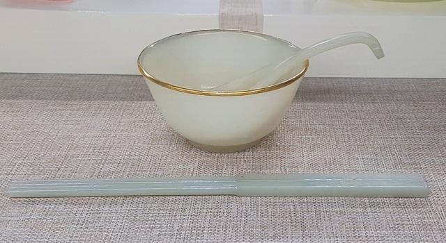 Bát bằng ngọc bọc vàng và đôi đũa bằng ngọc dùng trong bữa ăn cung đình.