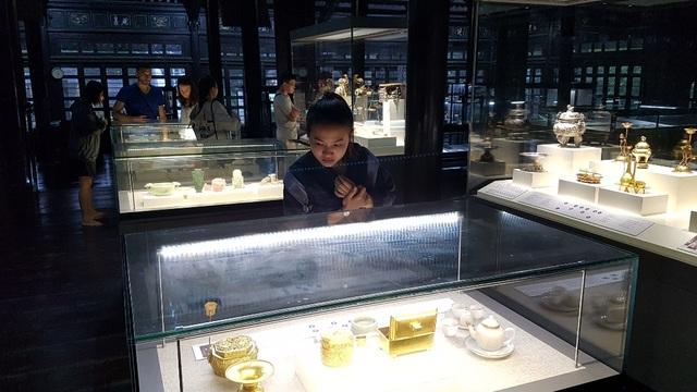 Du khách đứng chôn chân trước những báu vật vàng son một thời tại kinh đô Huế