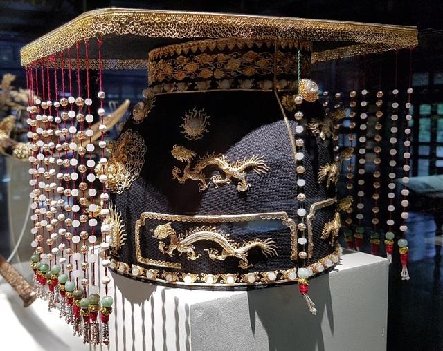 Mũ bình thiên bằng vàng, đá quý, san hô. Chiếc mũ này được nhà vua đội vào dịp tế Trời – Đất hàng năm ở đàn Nam Giao, cầu cho mưa thuận gió hòa, quốc thái dân an, thiên hạ thái bình