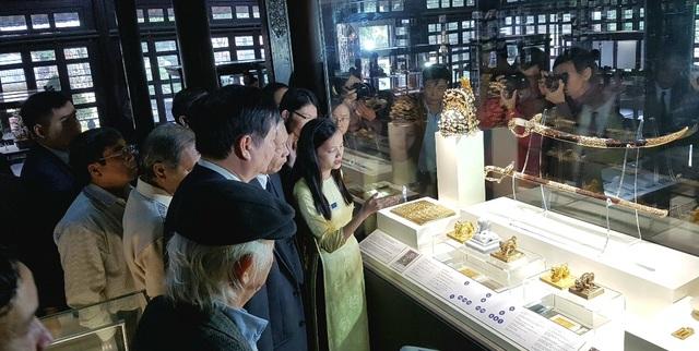 Giới thiệu tại bộ sưu tập quyền lực vương triều nhà Nguyễn với các ấn, kiếm, mũ miện, thẻ bài, kim sách