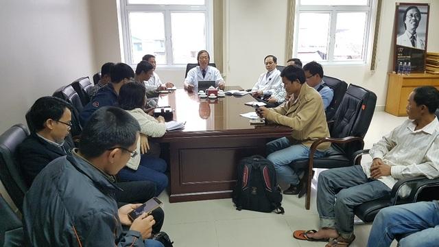 PGS.TS.BS. Nguyễn Duy Thăng (ngồi giữa) chủ trì cuộc họp báo và gửi lời chia buồn sâu sắc đến gia đình anh Cao