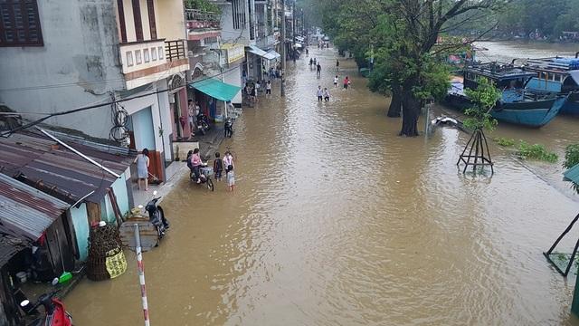 Đường Bạch Đằng ngập lụt do nước từ sông đào Đông Ba dẫn từ sông Hương tràn vào