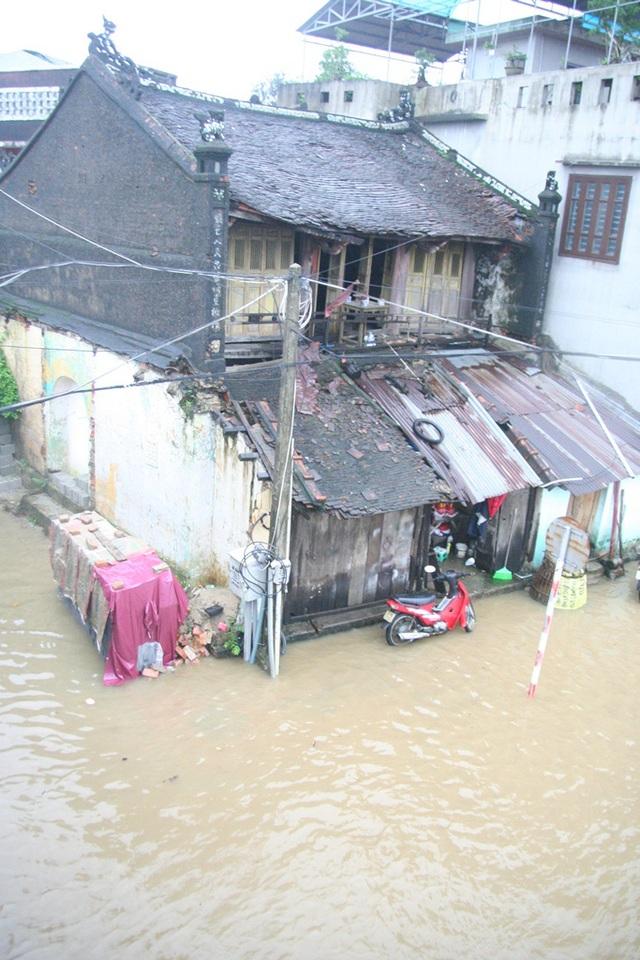 Một số nhà cổ khu vực Bạch Đằng - Chi Lăng nước đã gần vượt cửa