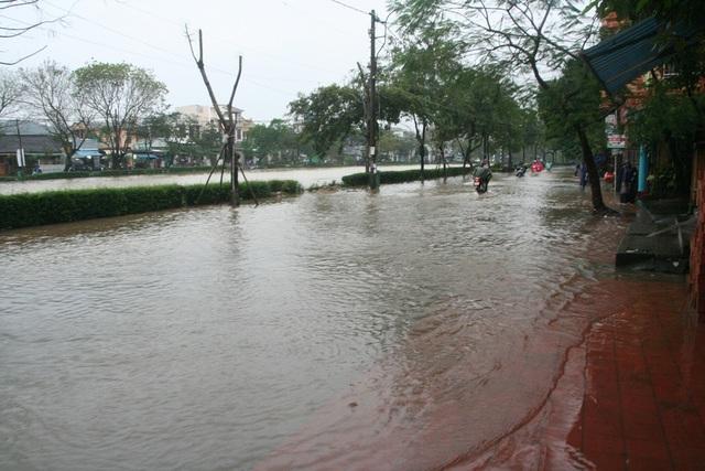 Sông An Cựu tràn nước lũ lên đường Phan Đình Phùng