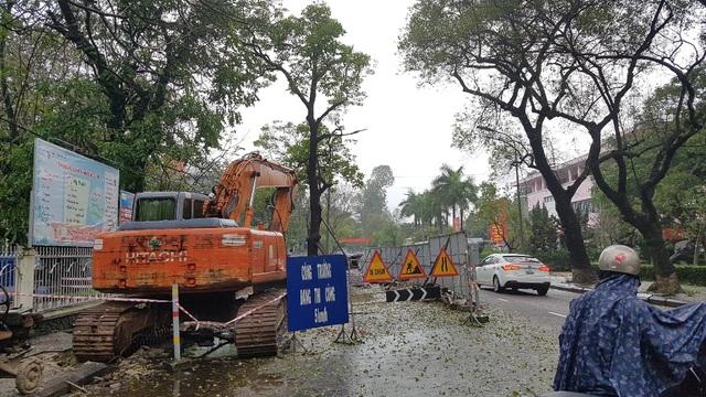 Người dân đi lại khó khăn bên những gói công trình đang thi công rải khắp TP Huế
