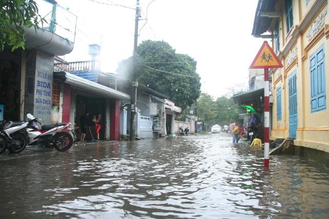 Nước sông Hương tràn bờ, đường phố TP.Huế ngập lụt - 14