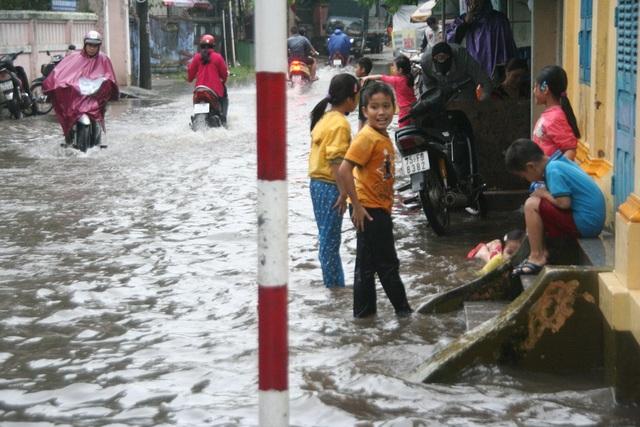 Trẻ em TP Huế thích thú với lần lụt qua nhiều năm mới thấy lại.