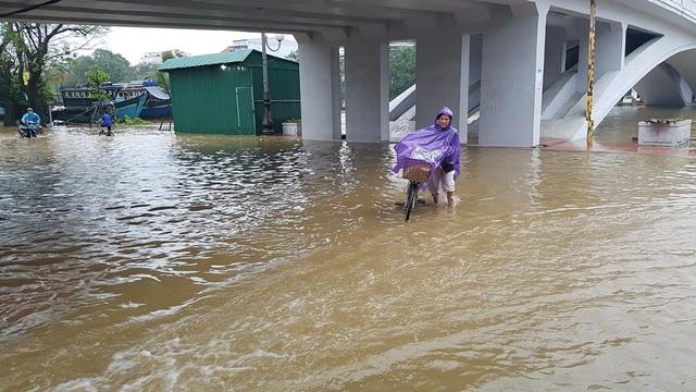 Nước tràn qua đường dưới chân cầu Đông Ba