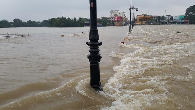 Người dân không thể lưu thông qua Đập Đá bởi nước lớn