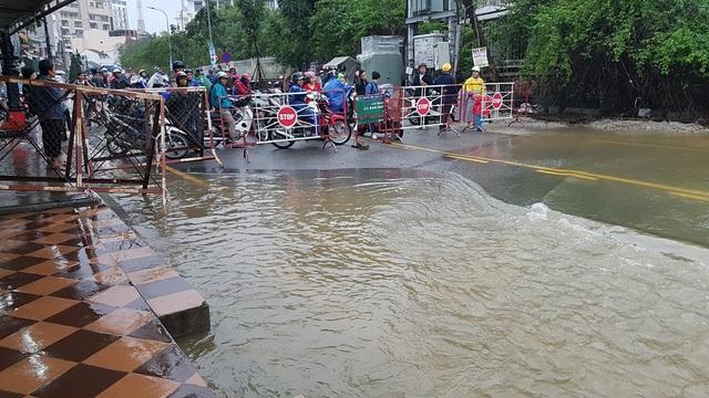Nước sông Hương tràn bờ, đường phố TP.Huế ngập lụt - 8