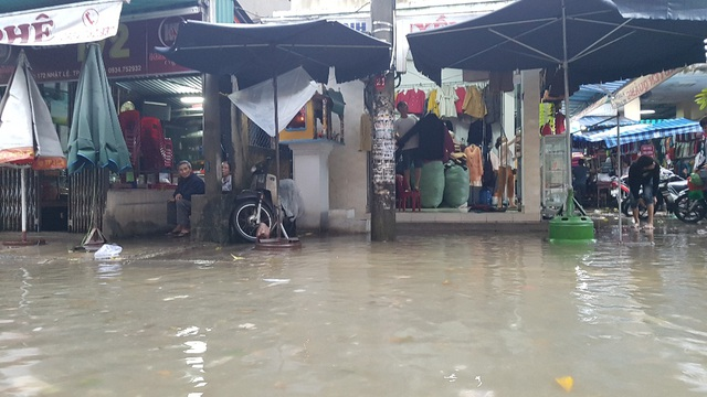 Các hàng quán ven chợ Xép dọn đồ lên cao tránh lụt