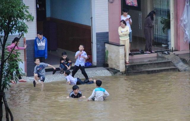 Nước sông Hương tràn bờ, đường phố TP.Huế ngập lụt - 23