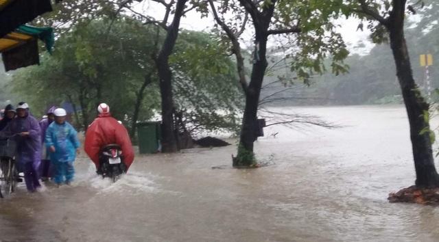 và đường Đặng Văn Ngữ bị nước lụt tràn vào