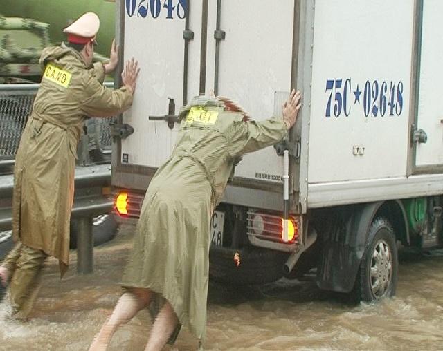 Nước sông tiếp tục dâng, TP Huế ngập nhiều nơi - 20