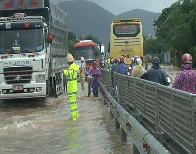 Đoạn QL 1A qua xã Lộc Trì, huyện Phú Lộc bị nước lũ tấn công