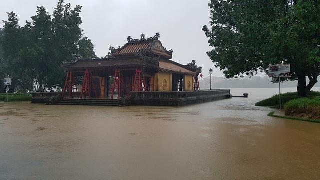 Nghinh Lương Đình bên bờ bắc sông Hương đã gần bị nước lũ ngập vào thềm
