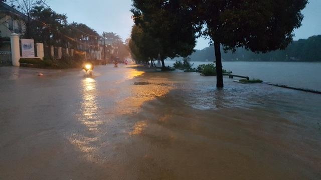 Nước sông tiếp tục dâng, TP Huế ngập nhiều nơi - 13