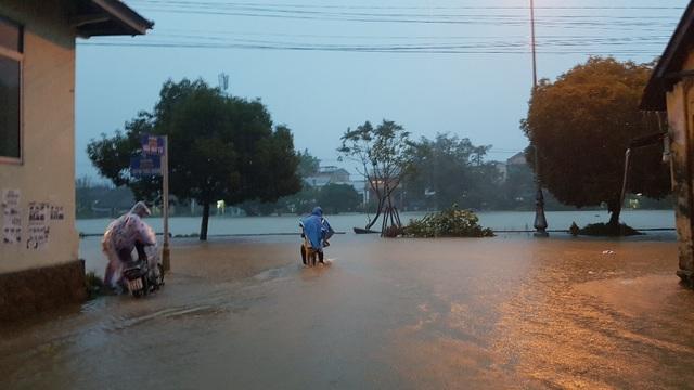 Nhiều con đường tại bờ bắc ngập nặng do nước sông đã tràn vào