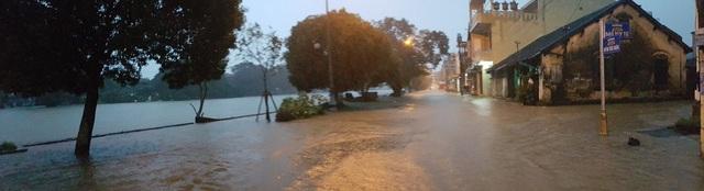 Nước sông tiếp tục dâng, TP Huế ngập nhiều nơi - 18