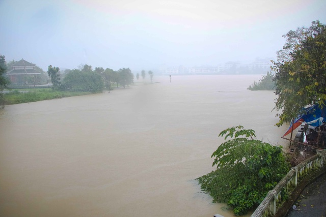 Nước sông Hương đang lên cao