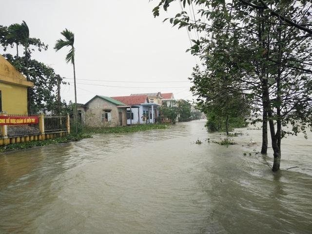 Các con đường sát ruộng và sông ở xã Thủy Thanh ngập trong nước lũ, khó phân biệt đâu là sông, đâu là đường (ảnh chụp ngày 16/12 do UBND xã Thủy Thanh cung cấp)