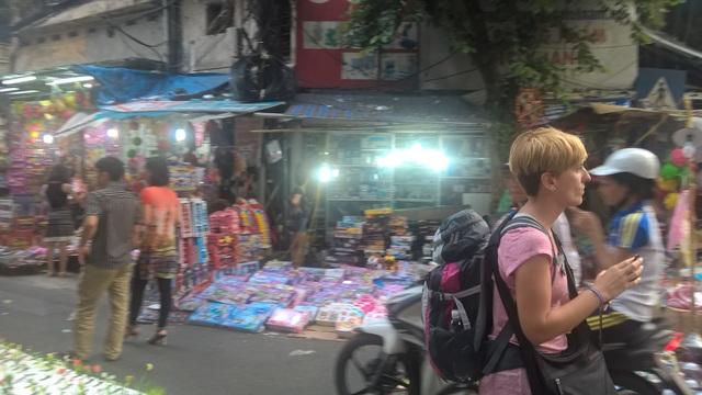 Không chỉ đến du lịch thắng cảnh, những vị khách Tây ba lô đến Việt Nam để trải nghiệm đời sống của người Việt và thói quen mua sắm dịp lễ hội.