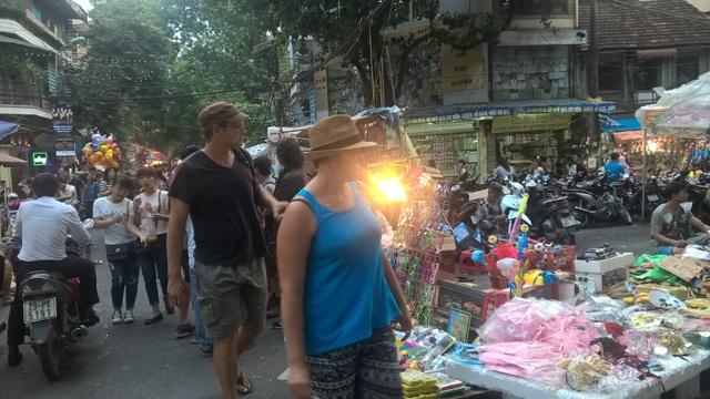 Những mặt hàng đồ chơi tại phố đi bộ được đánh giá đa dạng, song thiếu bản sắc và tính thuần Việt.
