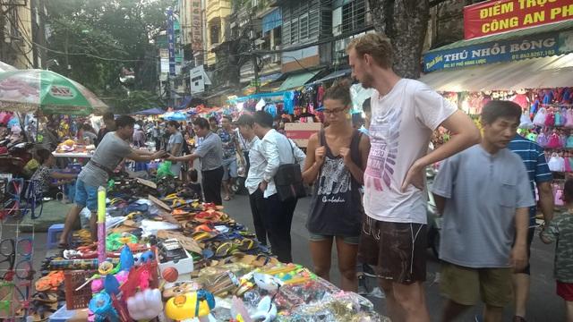 Đôi bạn trẻ đến từ Đức tham quan phố đi bộ và tìm mua những đồ ngộ nghĩnh