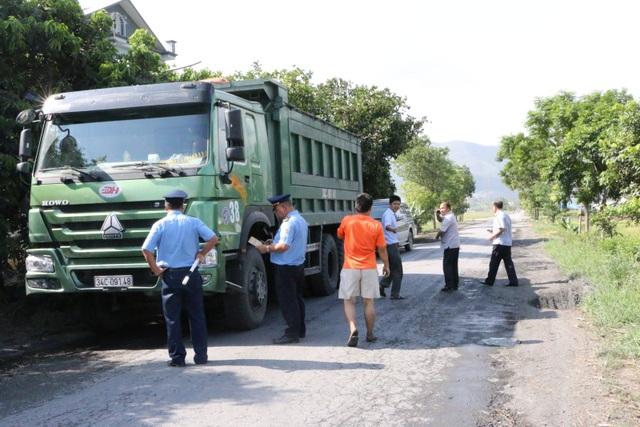 Những con đường quê đang bị xe quá tải, quá khổ phá nát