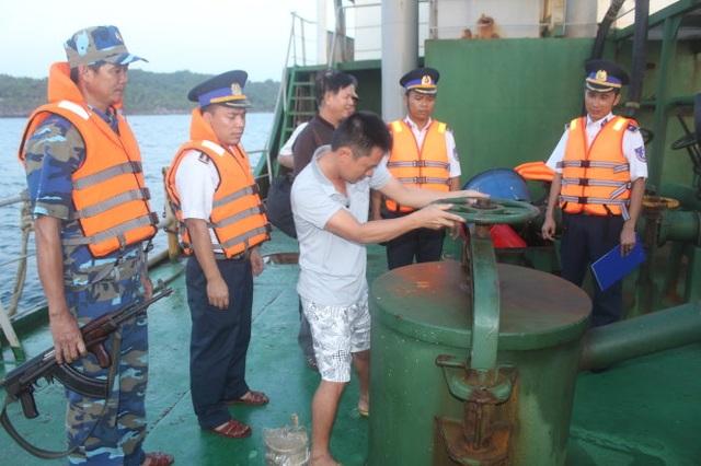 Số vụ bắt giữ xăng dầu xuất lậu 8 tháng qua bị bắt giữ lên đến hàng chục nghìn tấn, gây bất ổn cho thị trường xăng dầu vì Việt Nam vẫn phải nhập khẩu mặt hàng này
