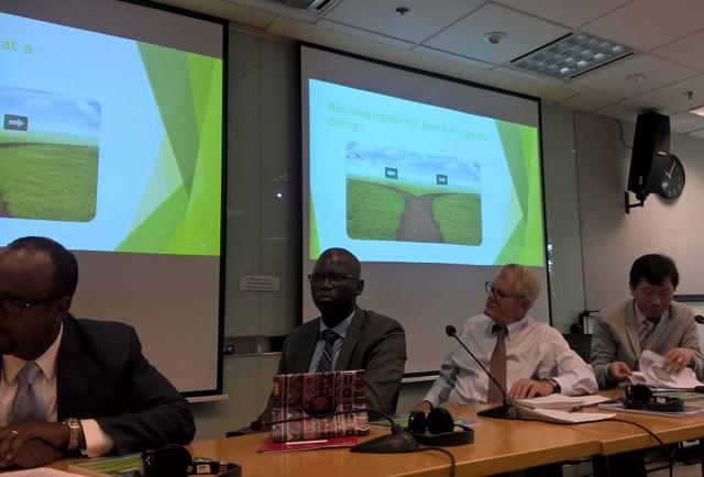 Ông Ousmane Dinoe - Tổng Giám đốc Ngân hàng Thế giới (WB) tại Việt Nam), thứ 2 từ trái sang