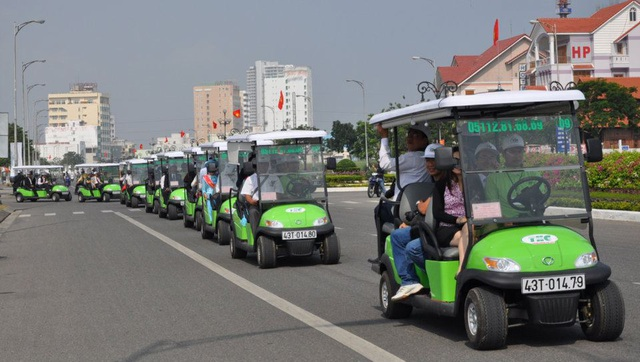 Doanh nghiệp bắt buộc phải dừng kinh doanh vận chuyển xe ô tô điện nếu không thực hiện đăng ký và kiểm định an toàn kỹ thuật trước 30/6/2017 (ảnh minh họa xe ô tô điện vận chuyển khách du lịch tại Đà Nẵng)