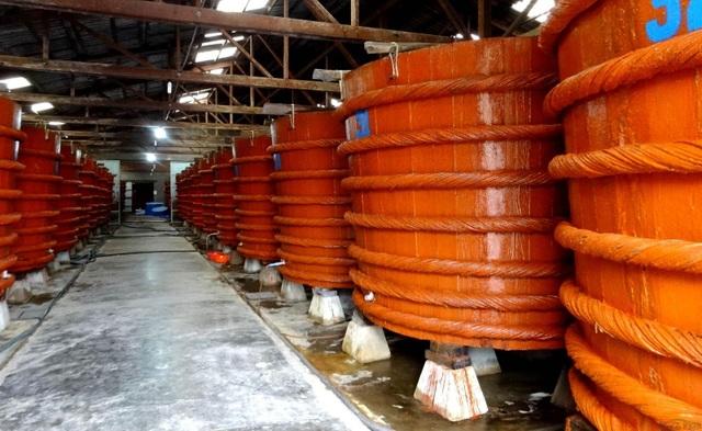 Các cơ sở sản xuất nước mắm đã và đang gánh chịu những tác động trực tiếp từ thông tin không khách quan mà Vinastas đưa ra trước đó về hàm lượng arsen tổng vượt ngưỡng cho phép trong nước mắm độ đạm cao.