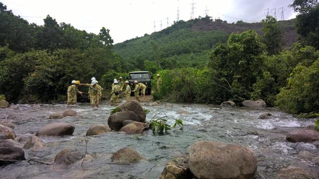 Những vùng nước sâu, anh em truyền tải phải lội suối, dùng tời kéo xe.