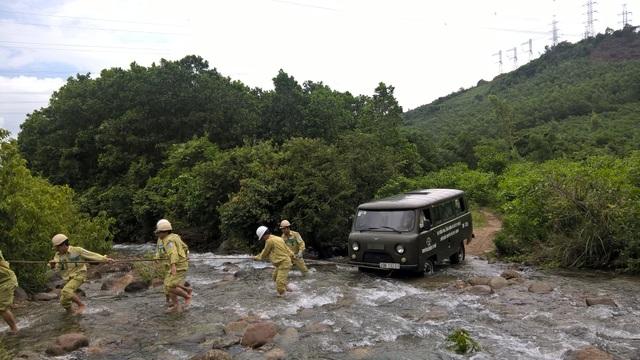 Những đoạn đường qua con suối, để tránh nguy hiểm có thể xảy ra, các công nhân truyền tải đều phải xuống xe. Không ai được phép ngồi trên xe nhằm tránh nguy cơ lũ quét có thể xảy ra bất cứ lúc nào trên núi Hải Vân