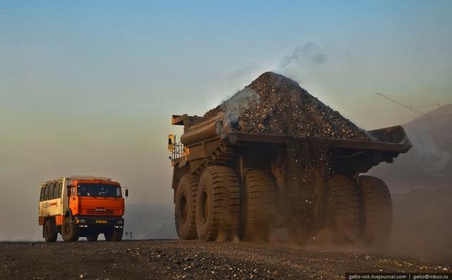 Dầu thô, than đá, quặng và khoáng sản giảm giá liên tiếp do đó càng tận dụng khai thác xuất khẩu, chúng ta càng mất tài nguyên