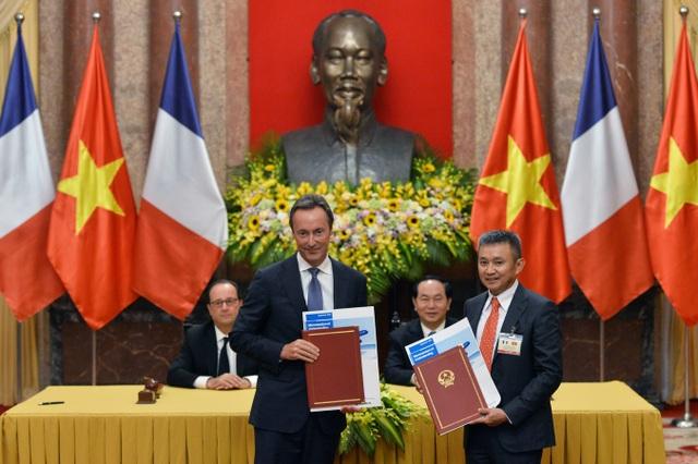 Lễ ký kết và trao văn kiện giữa Vietnam Airlines và Airbus diễn ra dưới sự chứng kiến của Tổng thống Pháp Francois Hollande và Chủ tịch nước Trần Đại Quang